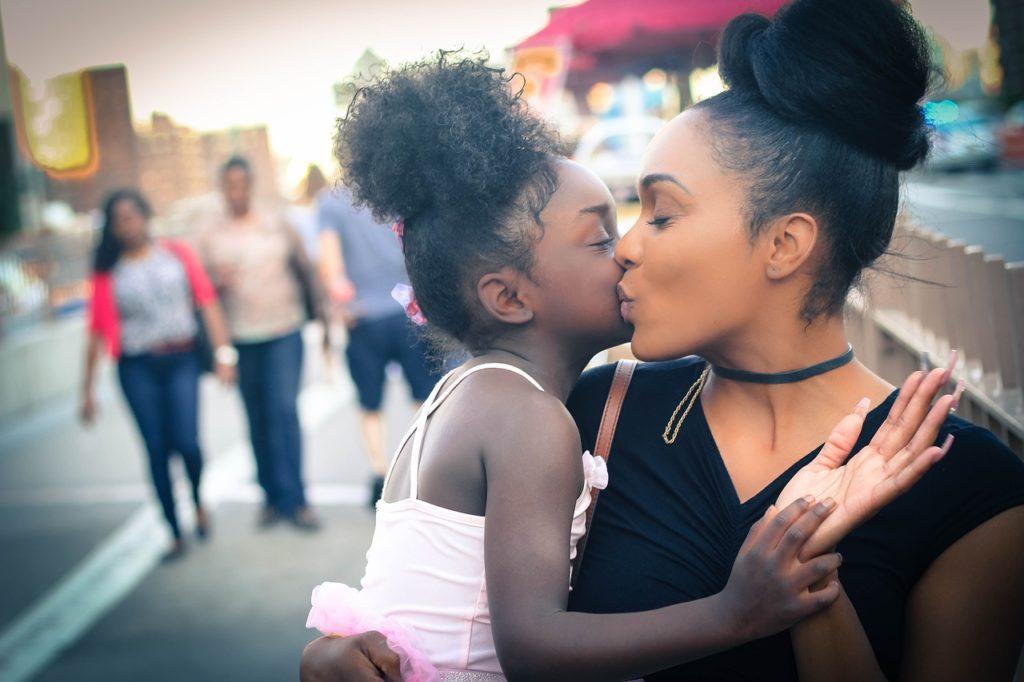 黒人の親子がキスをしている