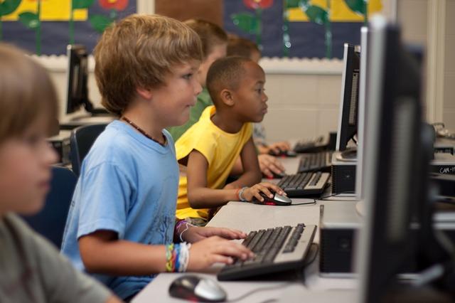パソコンをする子どもたち