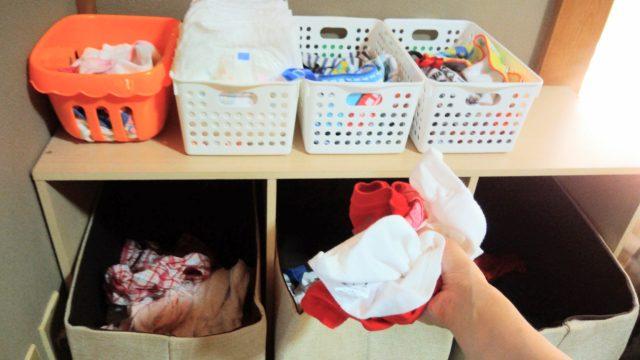 三段ボックスのカゴに洗濯物をいれる