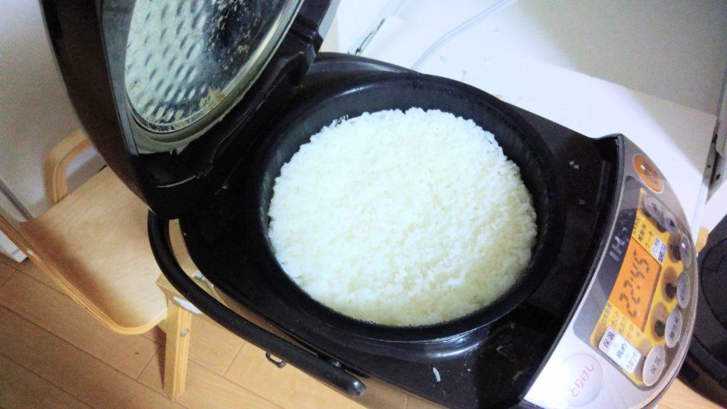 炊飯器の中の炊きたての米