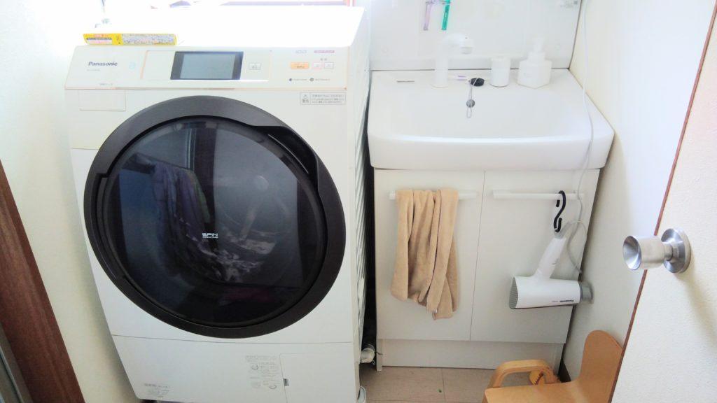 洗面所にある洗濯乾燥機ドラム式