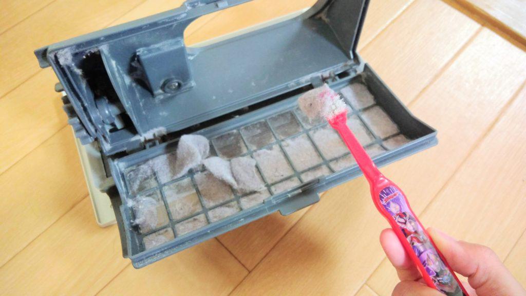 乾燥フィルターを歯ブラシで掃除する