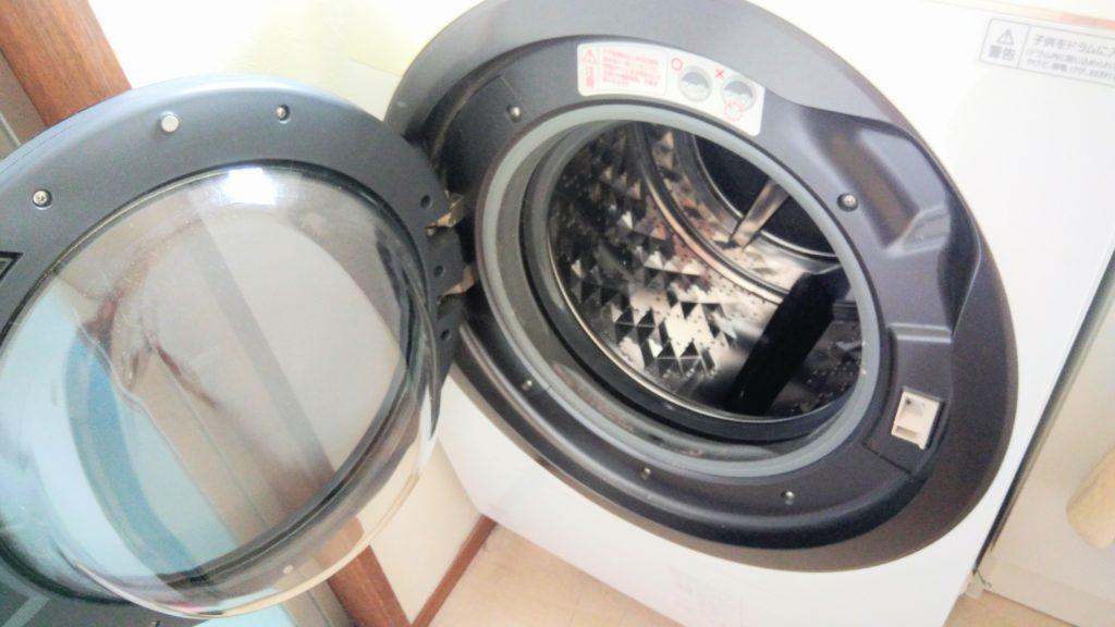 ドラム式洗濯機の扉があいている