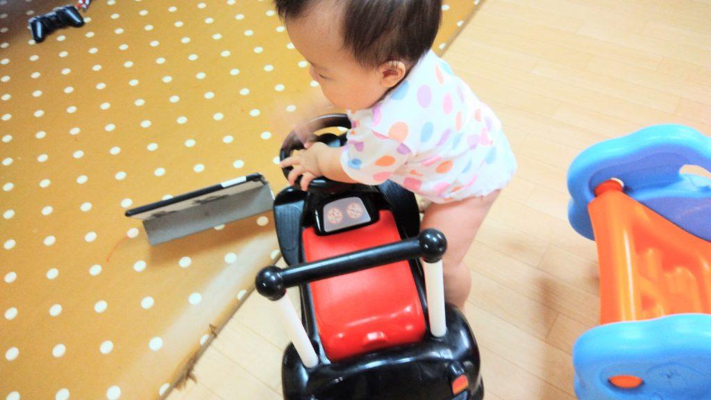 車で遊ぶ赤ちゃん