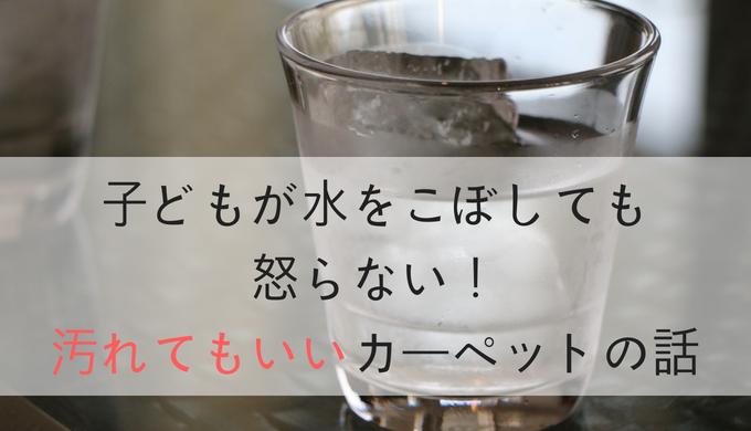 机の上にあるコップ