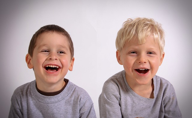 笑う子ども2人