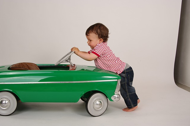 車で遊ぶ子ども
