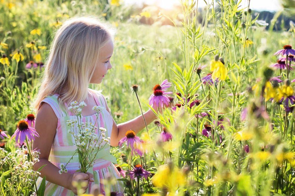 花とたわむれる女の子