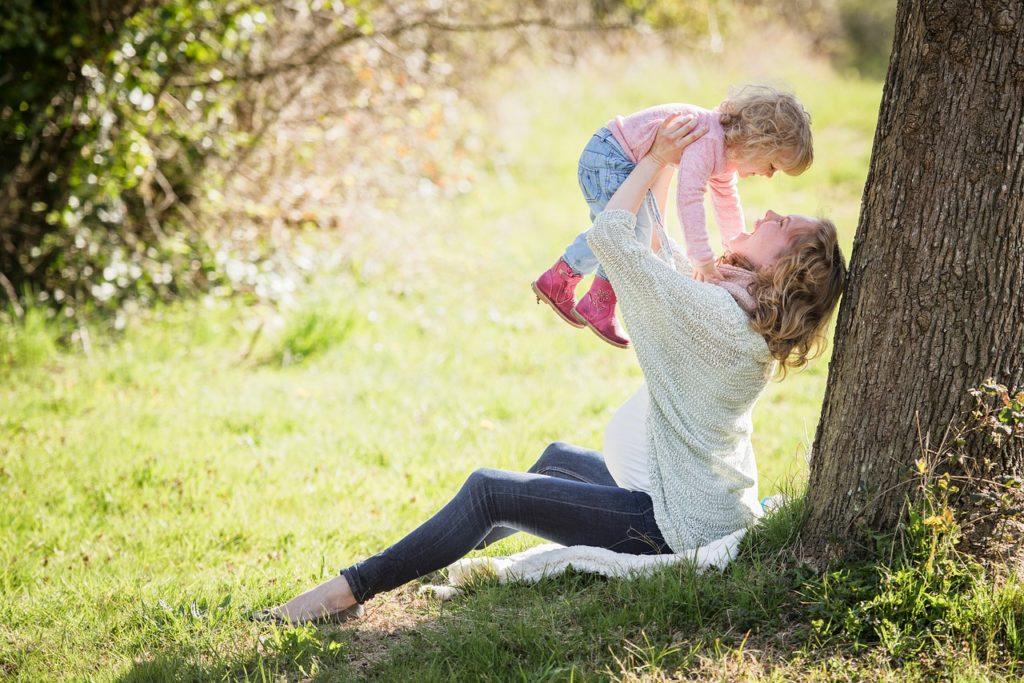 ママが子どもを抱き上げている