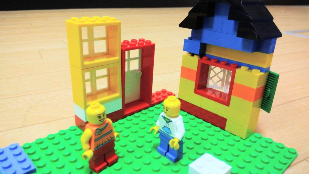 レゴの人形と家