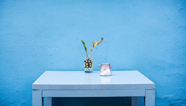 机の上に植物とマシュマロ