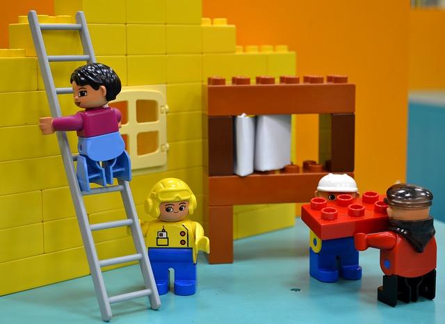 はしごを上るレゴ人形