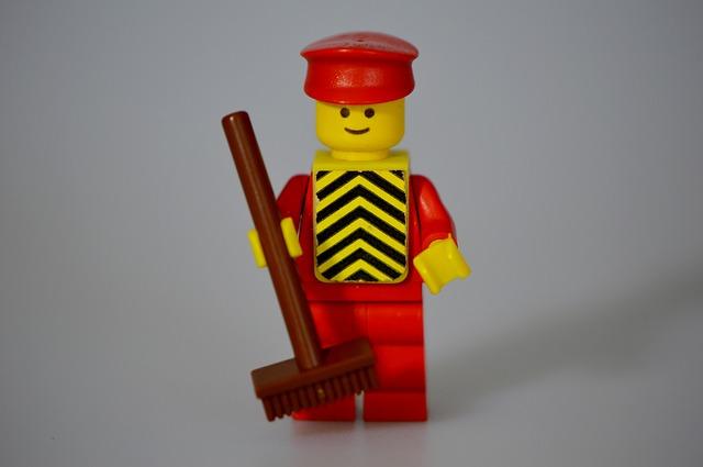 ほうきを持ったレゴ人形