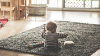 赤ちゃんが遊ぶリビング