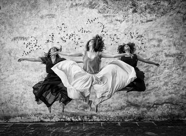 踊る3人の女性