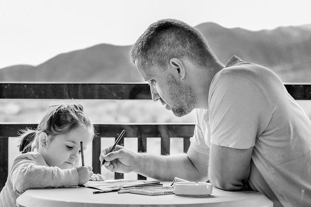勉強する父と子