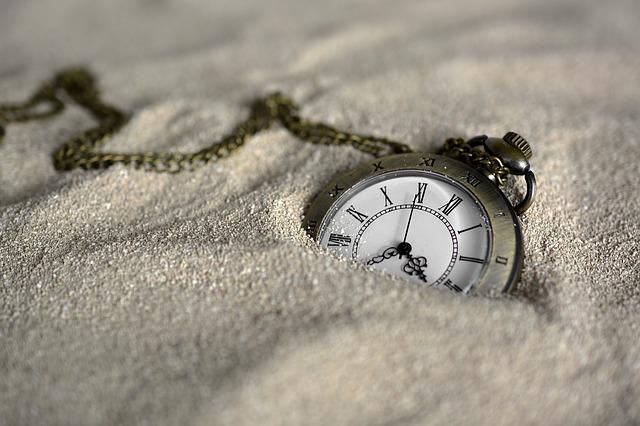 砂に埋まった時計